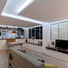 Apartamento Itaim Bibi - 90m²: Salas de estar minimalistas por Raphael Civille Arquitetura