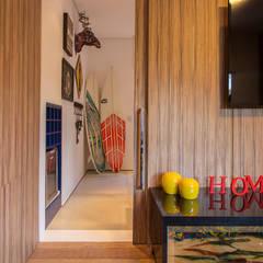 Residencia de Surfista: Salas multimídia tropicais por Marcos Contrera Arquitetura & Interiores