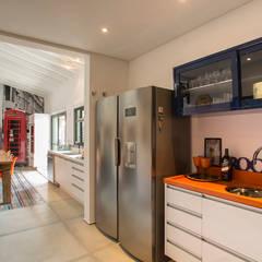 Residencia de Surfista Corredores, halls e escadas tropicais por Marcos Contrera Arquitetura & Interiores Tropical