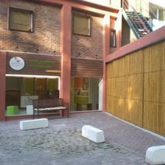 Cercas e painéis de bambu para áreas internas e externas.: Shopping Centers  por Bambu Rei Eco-Design
