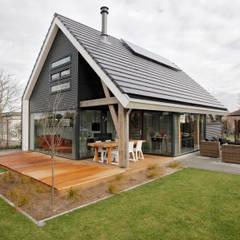 Moderne recreatiewoning:  Tuin door Bongers Architecten,