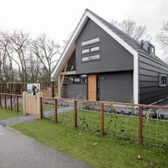 Moderne recreatiewoning:  Tuin door Bongers Architecten