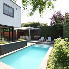 Kleine tuin met toch een zwembad:  Tuin door Stoop Tuinen