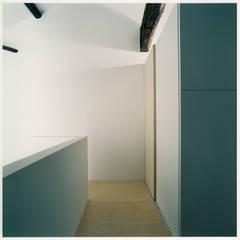 2階 トイレ前: 井戸健治建築研究所 / Ido, Kenji Architectural Studioが手掛けたレストランです。