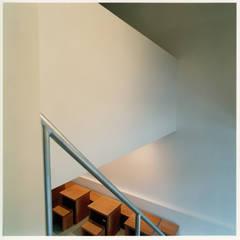 階段踊り場から1階客席を見下げる: 井戸健治建築研究所 / Ido, Kenji Architectural Studioが手掛けたレストランです。