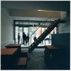 玄米カフェ実身美(サンミ)大阪 阿倍野店: 井戸健治建築研究所 / Ido, Kenji Architectural Studioが手掛けたレストランです。,ミニマル
