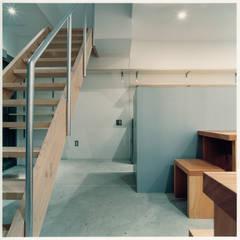 1階 客席と階段: 井戸健治建築研究所 / Ido, Kenji Architectural Studioが手掛けたレストランです。