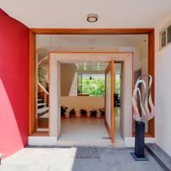 RESIDENCIA NUÑO: Ventanas de estilo  por Excelencia en Diseño
