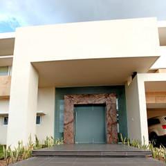 Puertas de entrada de estilo  por AMEC ARQUITECTURA