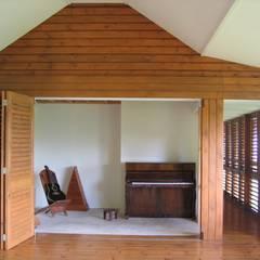 GANNE house - music lounge: Salon de style de style Tropical par STUDY CASE sas d'Architecture