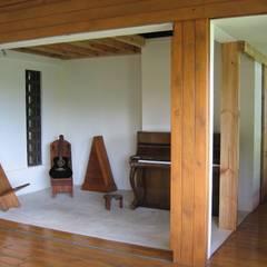 GANNE house - audio lounge 2: Salon de style de style Tropical par STUDY CASE sas d'Architecture