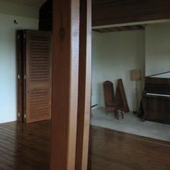GANNE house - living room/music lounge: Salon de style de style Tropical par STUDY CASE sas d'Architecture