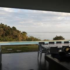 CLEMENTINE house - view from the living room: Salon de style de style Tropical par STUDY CASE sas d'Architecture