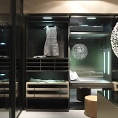 Walk-in-dressing room with dressing table.:  Dressing room by Lamco Design LTD