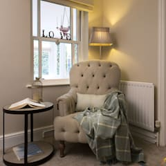 Reading corner with cozy armchair: classic Living room by Katie Malik Interiors