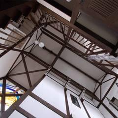 玄関ホールの天井: 株式会社 央建築設計事務所が手掛けた廊下 & 玄関です。