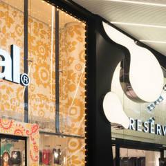 """Highlightfassade """"Fluid Flow"""":  Einkaufscenter von KPLUS KONZEPT GMBH"""