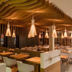Secto suspension design scandinave en bois: Bars & clubs de style  par Le Studio des Collections