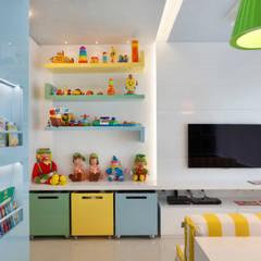 Arquitetura Residencial | Casa de luxo na Barra da Tijuca: Quarto infantil  por Leila Dionizios Arquitetura e Luminotécnica,