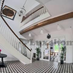 Mozaiki marmurowe na podłodze - szachownica: styl , w kategorii Korytarz, przedpokój zaprojektowany przez Lux4home™