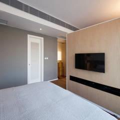 BI's RESIDENCE:  Bedroom by arctitudesign
