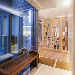 BI's RESIDENCE:  Corridor & hallway by arctitudesign, Minimalist