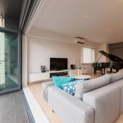 GW's RESIDENCE Minimalist balcony, veranda & terrace by arctitudesign Minimalist