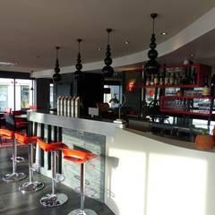 Restaurant L'Atelier : le bar: Restaurants de style  par CTERRA - Crystelle Terrasson