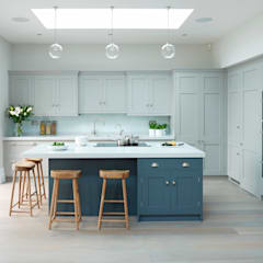 Modern meets Edwardian.:  Kitchen by Rencraft