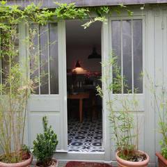 Duplex sur cour pour amateur de curiosité: Fenêtres de style  par Jean-Bastien Lagrange + Interior Design