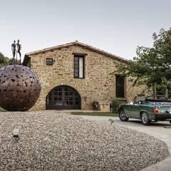JENS. Reforma y ampliación de antigua masía en La Garrotxa, Girona (Costa Brava): Casas rurales de estilo  de VelezCarrascoArquitecto VCArq