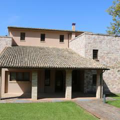 Villa in Campagna ad Assisi: Terrazza in stile  di Studio di Bioarchitettura Brozzetti Adriano