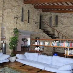 Villa in Campagna ad Assisi: Soggiorno in stile  di Studio di Bioarchitettura Brozzetti Adriano