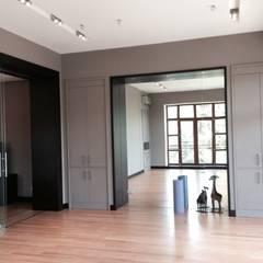 Загородный дом в современном стиле: Тренажерные комнаты в . Автор – ANIMA