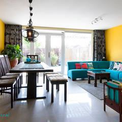 Geel turquoise eetkamer :  Woonkamer door Levenssfeer