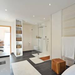 Wohnhaus in Marquartstein:  Badezimmer von Architekturbüro Schaub,Modern