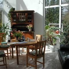 Anbau eines Wintergartens an ein Einfamiliehaus mit energetischer Gebäudesanierung: landhausstil Wintergarten von Architekt R-M Birkner