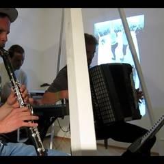 Eine Bühne im Wohnzimmer: industrialer Multimedia-Raum von Stubenflieger