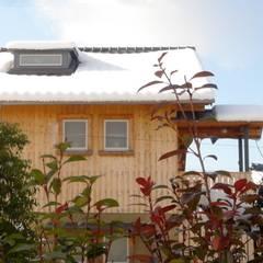 東面外観・竣工後はじめての雪: 篠田 望デザイン一級建築士事務所が手掛けた家です。,ラスティック