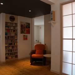 壁面CD収納: 篠田 望デザイン一級建築士事務所が手掛けた素朴なです。,ラスティック