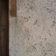 土モルタル: 篠田 望デザイン一級建築士事務所が手掛けた家です。,ラスティック