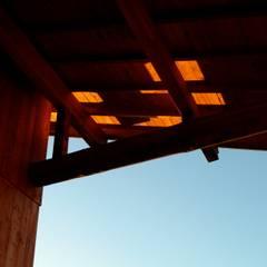 個人住宅 2004: 篠田 望デザイン一級建築士事務所が手掛けたテラス・ベランダです。,ラスティック