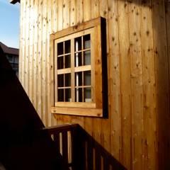 杉板の表情: 篠田 望デザイン一級建築士事務所が手掛けたテラス・ベランダです。,ラスティック