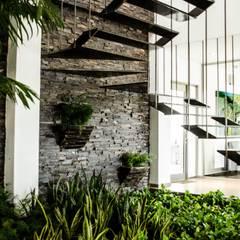 Oficinas ECC: Pasillos y recibidores de estilo  por ARKOT arquitectura + construcción, Moderno