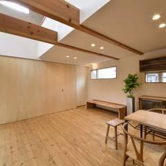 畳スペースの仕切り: アトリエdoor一級建築士事務所が手掛けたリビングです。