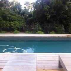 Détente autour du couloir de nage: Piscines  de style  par Concept Home Setting