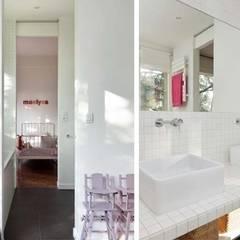 Un appartement qui respire - La salle de jeux / salle de bain: Chambre d'enfant de style de style Minimaliste par a-sh