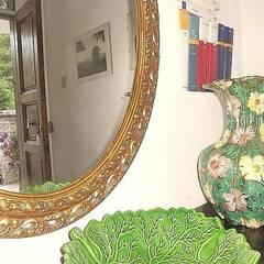Ingresso con oggetti e accessori: Ingresso & Corridoio in stile  di Sublacense Home Staging