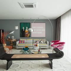Edifício Maison Karine: Salas de estar  por Rodrigo Maia Arquitetura + Design