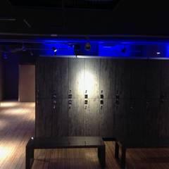 Lighting - Audace Palestre - Milano: Spogliatoio in stile  di Romano Baratta Lighting Studio